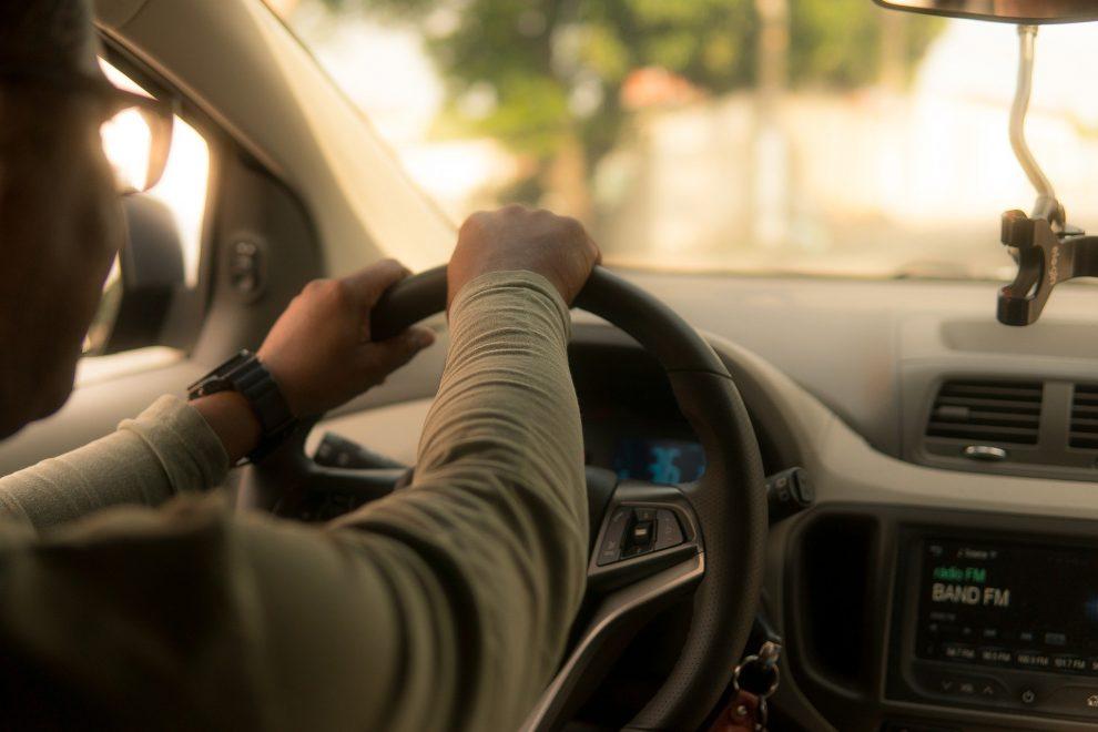 Pessoa dirigindo um carro