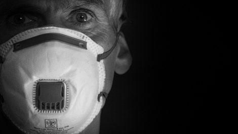 Close em um homem com máscara de proteção