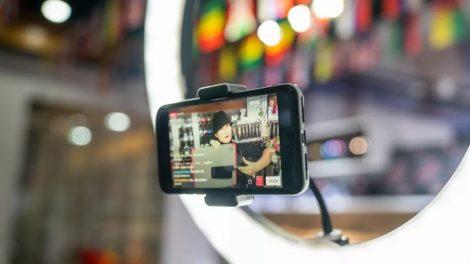 Celular em um suporte transmitindo uma live